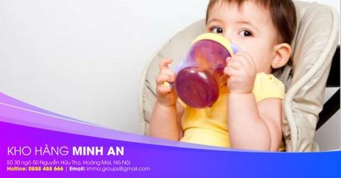 Bình uống nước cho bé là gì? Khi nào cho bé sử dụng bình tập uống?